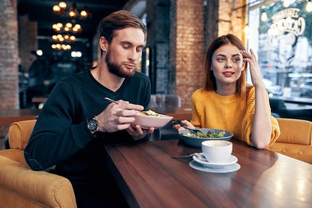 カフェで若いハンサムなカップル