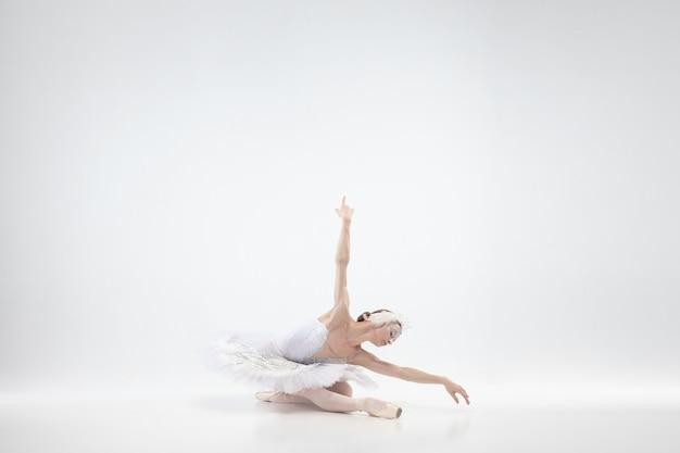 Giovane ballerina graziosa su sfondo bianco studio