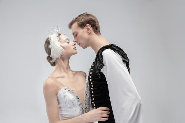 흰색 스튜디오 배경에 발레 댄서의 젊은 우아한 부부