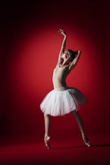 젊은 우아한 여성 발레 댄서 또는 빨간색 스튜디오에서 춤 클래식 발레리나.