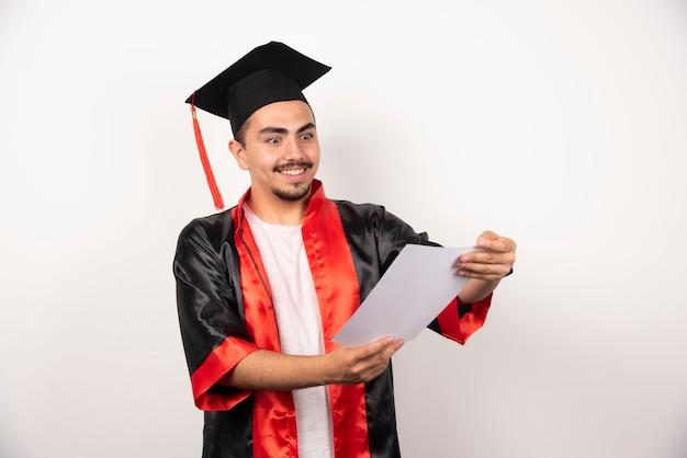 화이트 졸업장을 행복 하 게 찾고 젊은 대학원생.