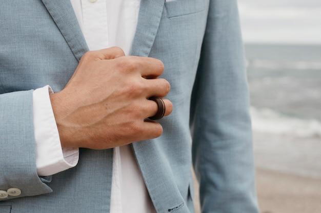 Giovane sposo in costume blu