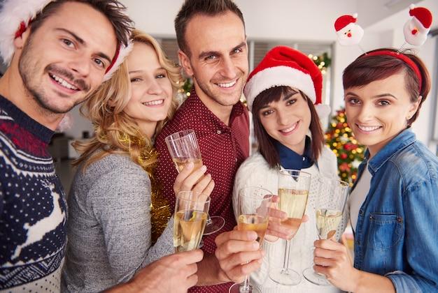 クリスマスのお祝いで人々の若いグループ