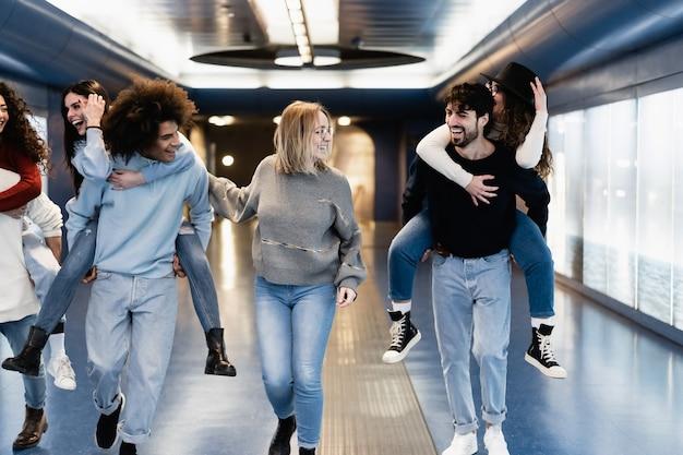 지하철 지하철 역에서 재미 사람들의 젊은 그룹-센터 여자 얼굴에 주요 초점
