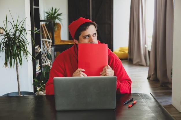 빨간 옷을 입은 젊은 남자 개발자, 컴퓨터와 홈 오피스 메모