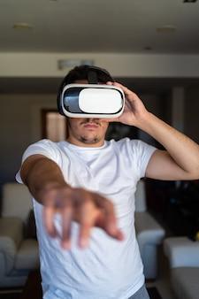 젊은 남자가 가상 현실 안경을 사용하여 종료
