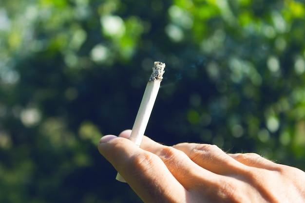 タバコを持っている若い男