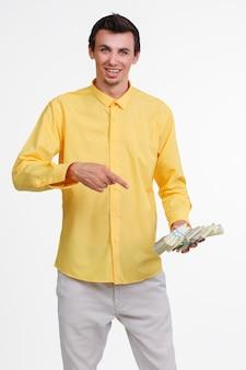돈을 들고 젊은 남자.