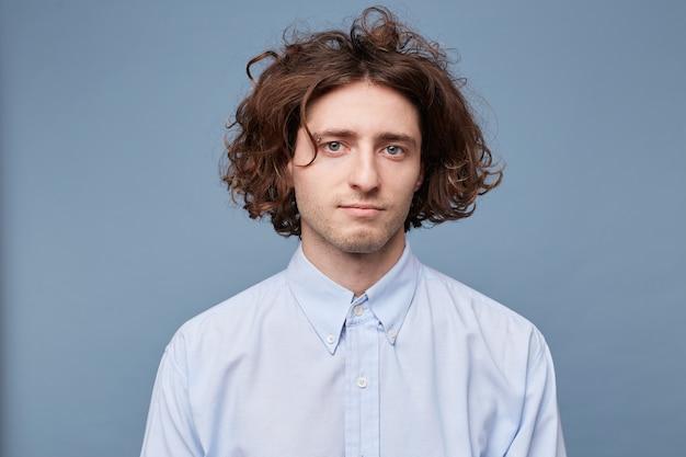 薄手のシャツを着た若い男