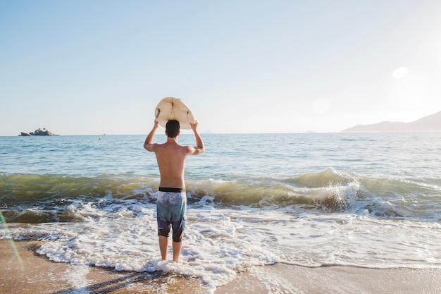 젊은 남자가 서핑을 할 것입니다