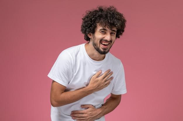 若い男は大声で笑う