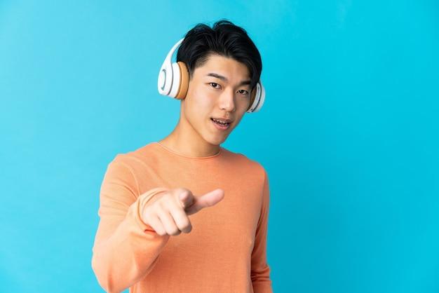 Молодой парень слушает музыку