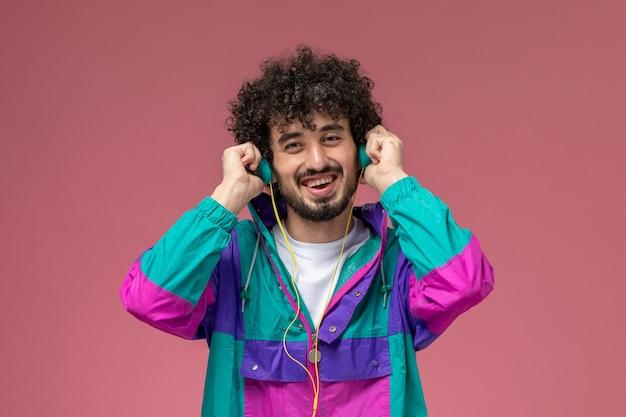 Молодой парень слушает рэп