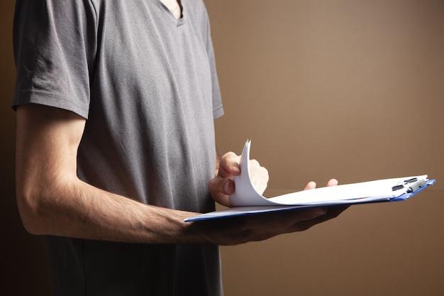 서류를 보고 있는 젊은 남자