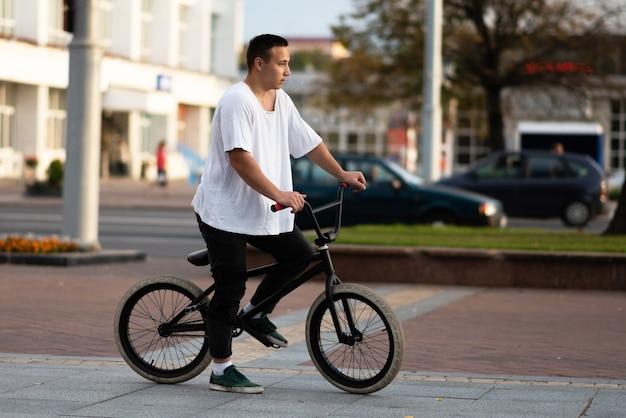 Молодой парень на велосипеде bmx, с нетерпением жду. для любых целей.