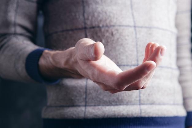 빈 손바닥을 보여주는 젊은 남자