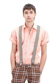 흰 벽에 pinup.isolated 스타일에 화려한 구식 옷을 입고 젊은 남자.