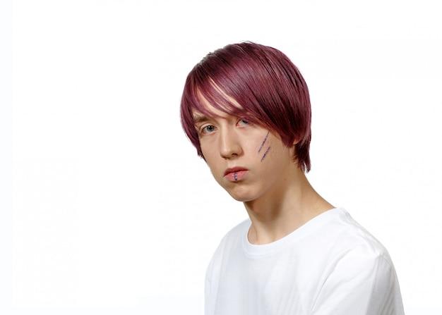 창조적 인 머리 채색, 흰 벽에 고립 된 젊은 남자. 남녀 평등과 고정 관념의 파괴, 남성의 자주색 머리카락.