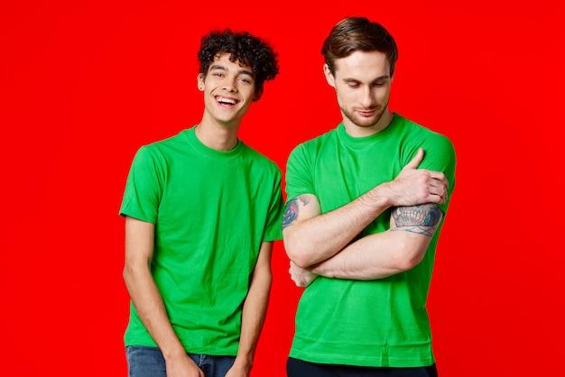 お揃いのtシャツを着た若い男たちのポーズ