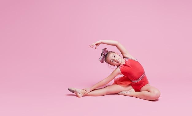 Девушка молодой гимнастка болельщик делает упражнение