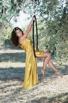 올리브 나무 정원의 fron에 aeriel 원에 포즈 젊은 체조 여자