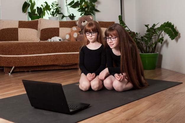 Юные гимнастки на ковре дома