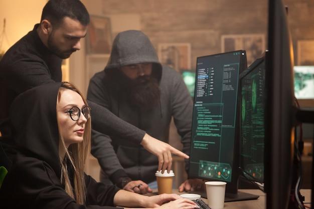 サイバーテロリストと協力して政府を崩壊させる若いハッカー