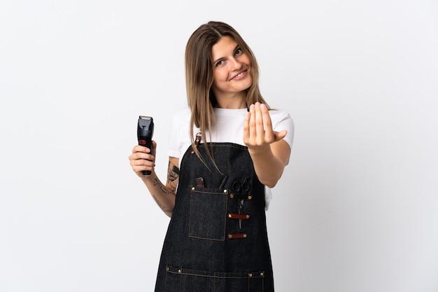 若い美容師スロバキアの女性が白い壁に孤立し、手で来るように誘う。あなたが来て幸せ