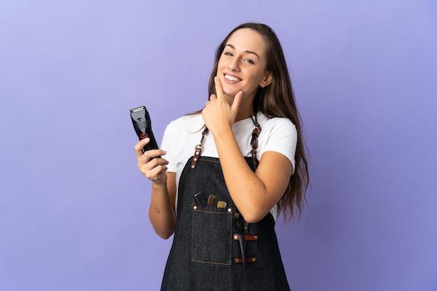 疑いを持っている孤立した背景上の若い美容師の女性