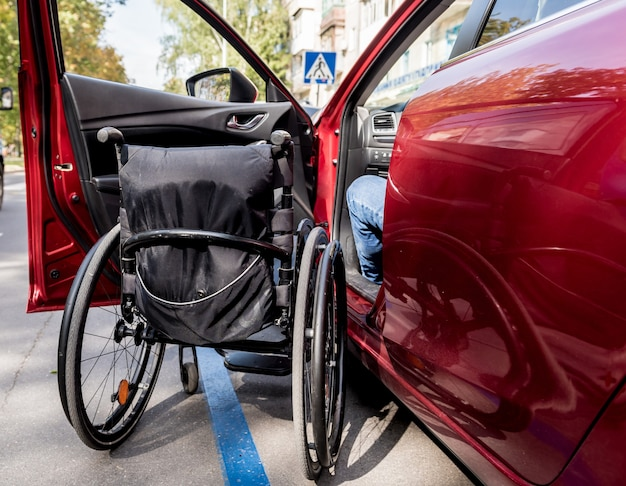 彼の車の運転席にいる若い障害者。
