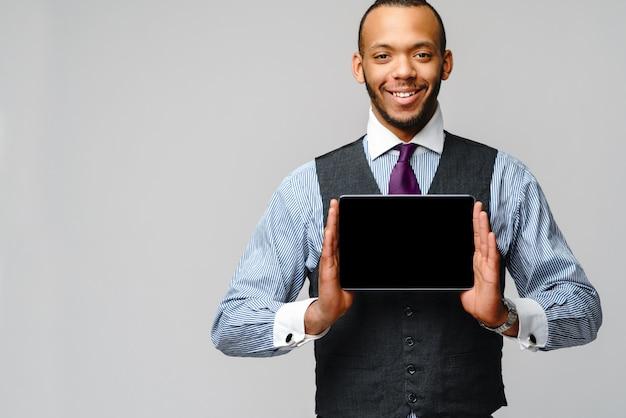 Молодой красивый афро-американский бизнесмен, холдинг планшетный пк.