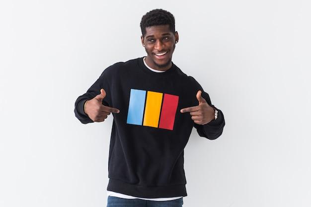 Молодой красивый афро-американский мужчина с афро-прической. портрет на белом фоне. парень
