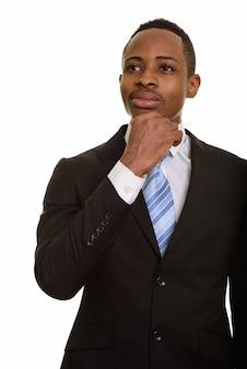 若いハンサムなアフリカのビジネスマンの思考と計画