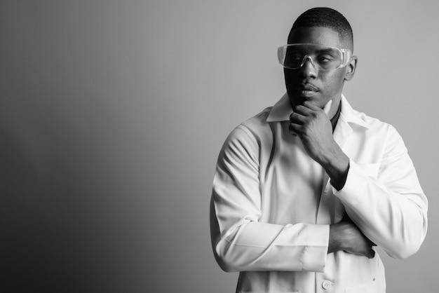 젊은 잘 생긴 아프리카 남자 의사. 검정색과 흰색