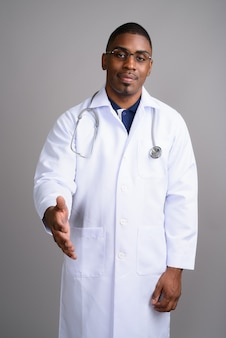 灰色の若いハンサムなアフリカ人医師