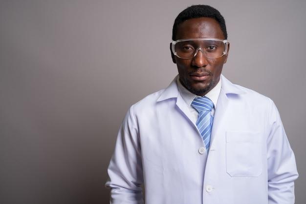 Молодой красивый африканский мужчина-врач в защитных очках ага