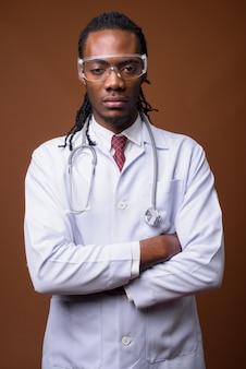 保護眼鏡をかけている若いハンサムなアフリカ人医師