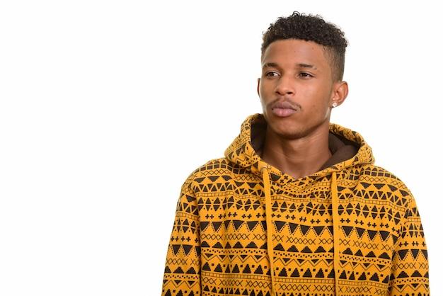 Молодой красивый африканский человек думает, изолированные на белом фоне