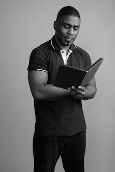 폴로 셔츠를 입고 젊은 잘 생긴 아프리카 남자. 검정색과 흰색