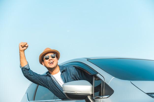 車を運転する若いハンサムなアジア人