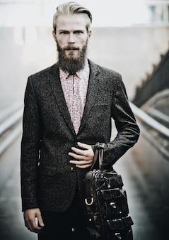 Молодой красивый привлекательный бородатый модельный мужчина, летнее время