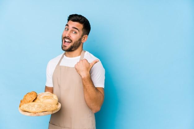 若いハンサムなパン屋の人は親指を離して、笑って屈託のないポイントを分離しました。
