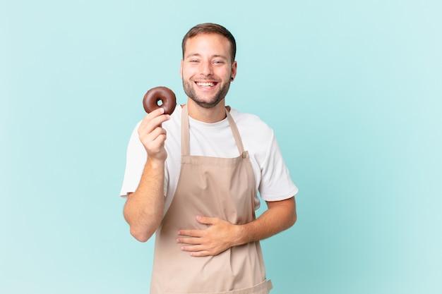 도넛을 든 젊고 잘생긴 베이커
