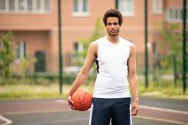 법원 아키텍처에 공 서 젊은 잘 생긴 농구 선수