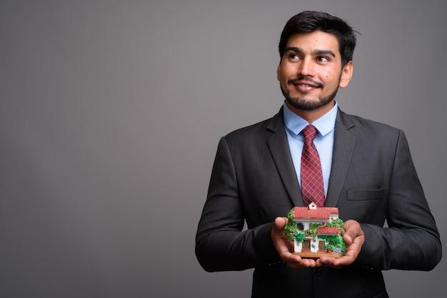 Молодой красивый бородатый персидский бизнесмен