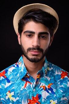 젊은 잘 생긴 수염이 페르시아어 관광 남자 블랙에 휴가를 준비