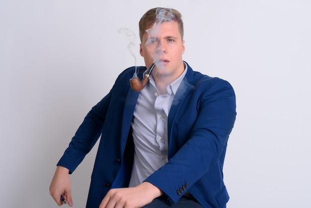 Молодой красивый блондин бизнесмен в костюме