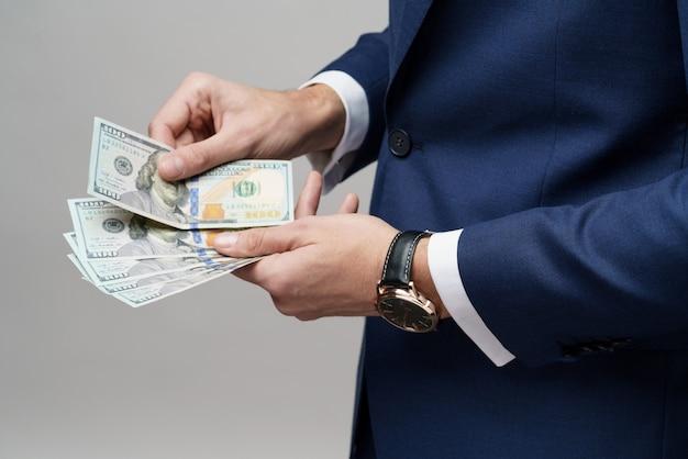 Молодой красивый бизнесмен, холдинг долларовых купюр