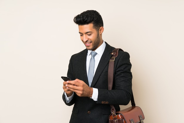 Молодой красивый бизнесмен человек на изолированном фоне