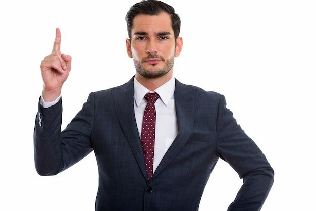 Молодой красивый бизнесмен позирует, указывая